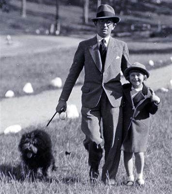 Man running across traffic, Seville, 1932 - Martin