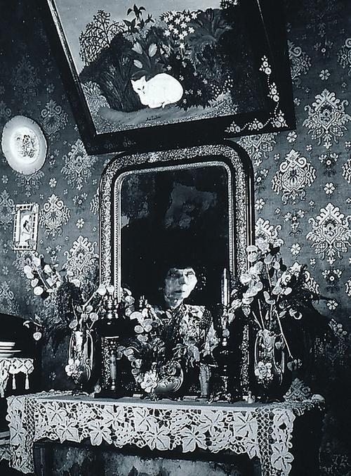 Une femme-peintre naive, 1950