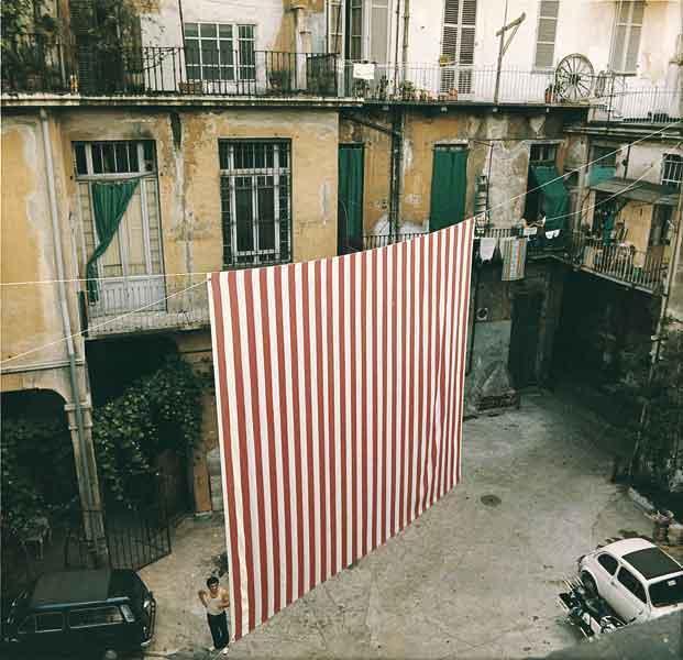 Peinture suspendue [Acte II], 1972 - Даниель Бюрен