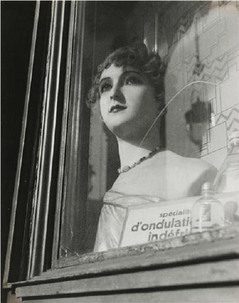Mannequin en vitrine - Dora Maar