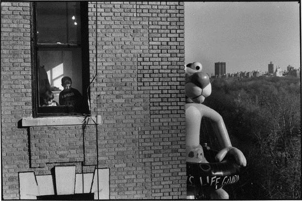 Macy's Thanksgiving Day Parade, NYC, 1988 - Elliott Erwitt